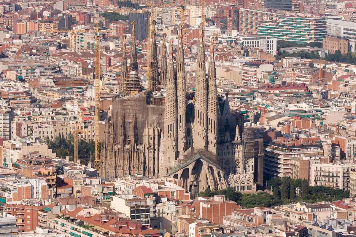 Саграда Фамилия, возвышающаяся над Барселоной