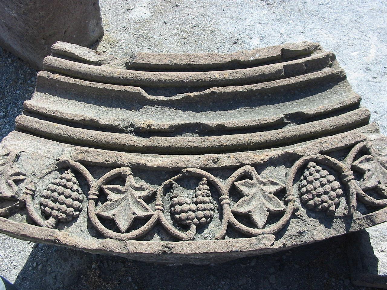 Храм Звартноц, рельефная плита фасада
