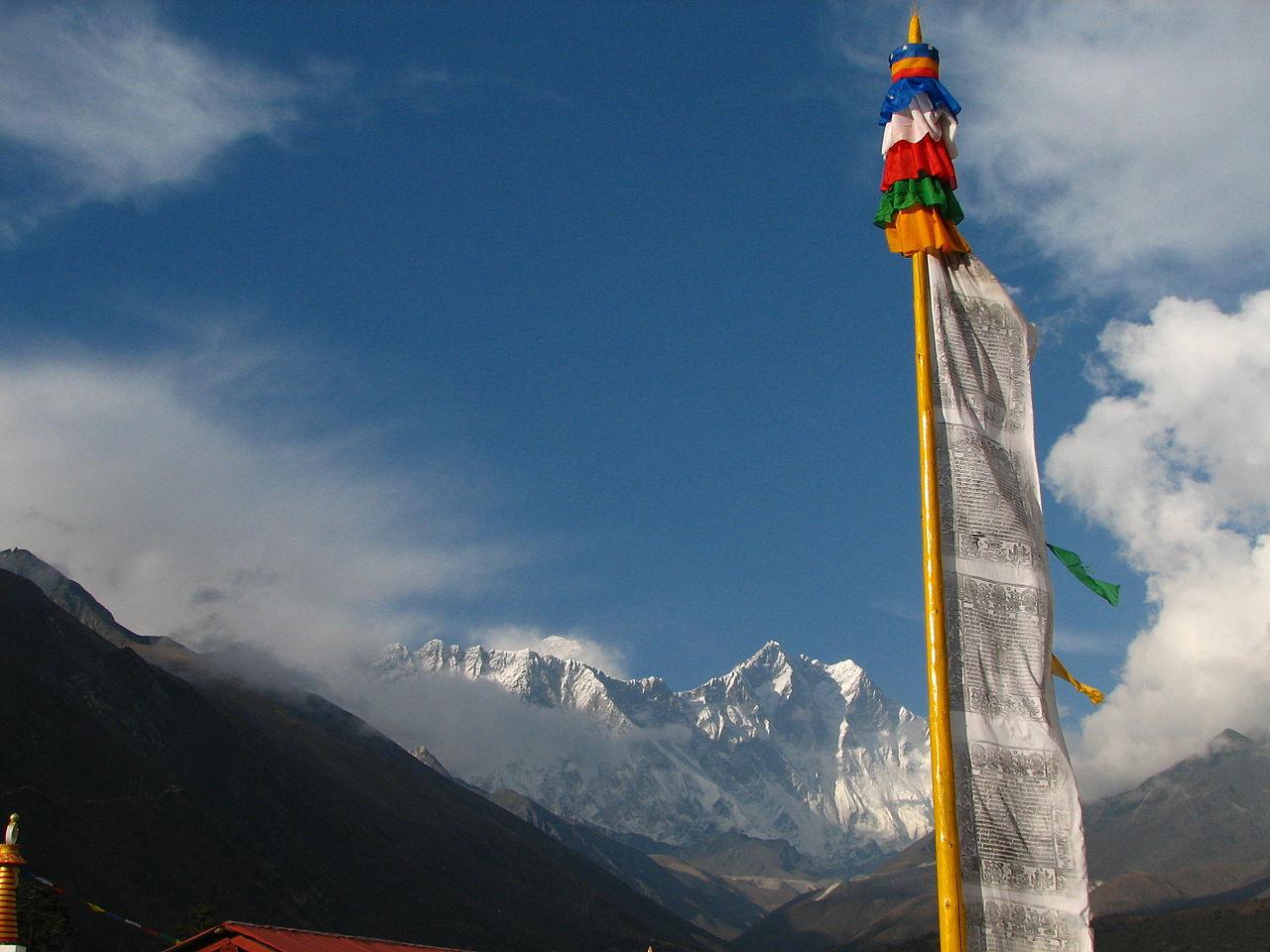 Гора Эверест, памятный флаг