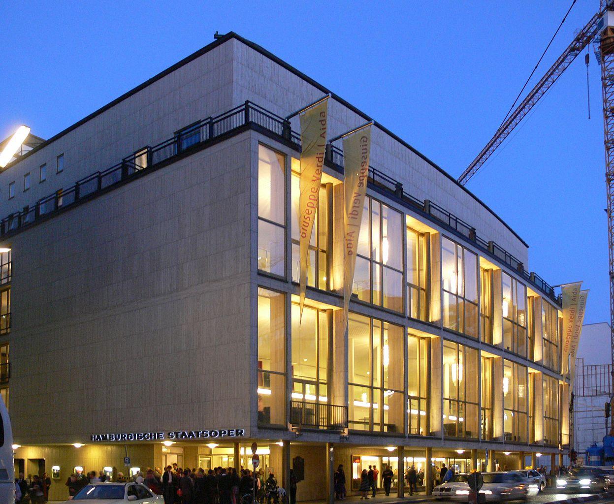 Гамбургский оперный театр вечером