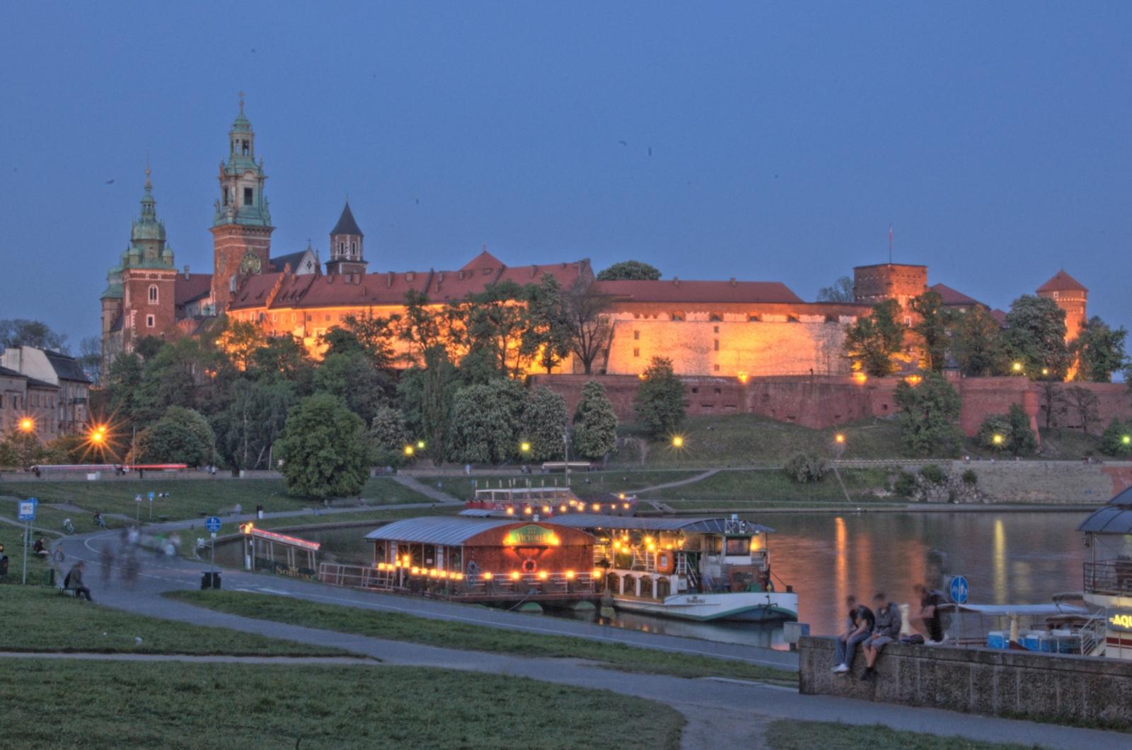 Королевский замок (Вавель) в Кракове, вечерние огни