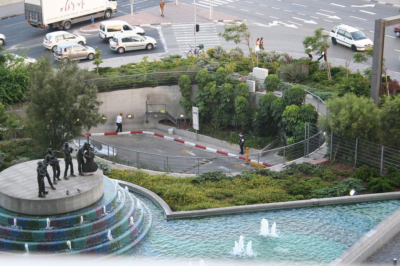 Центр Азриэли, памятник музыкантам
