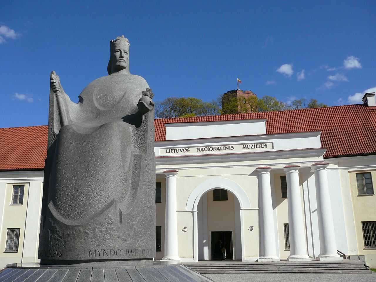 Национальный музей Литвы, памятник королю Миндаугасу