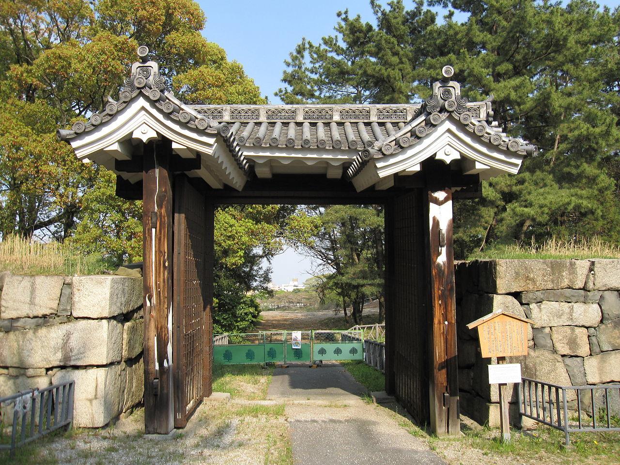 Замок Нагоя, ворота с черепичной крышей