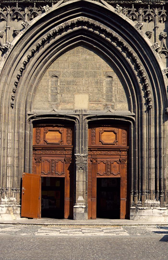 Архитектура старинного собора в Шамбери.jpg