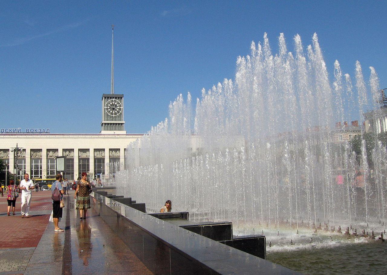 Фонтаны у Финляндского вокзала, площадь Ленина в Санкт-Петербурге
