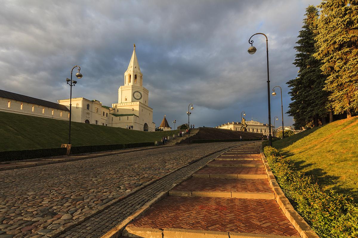 Вид на Спасскую башню с надвратной церковью Спаса Нерукотворного, Казанский кремль