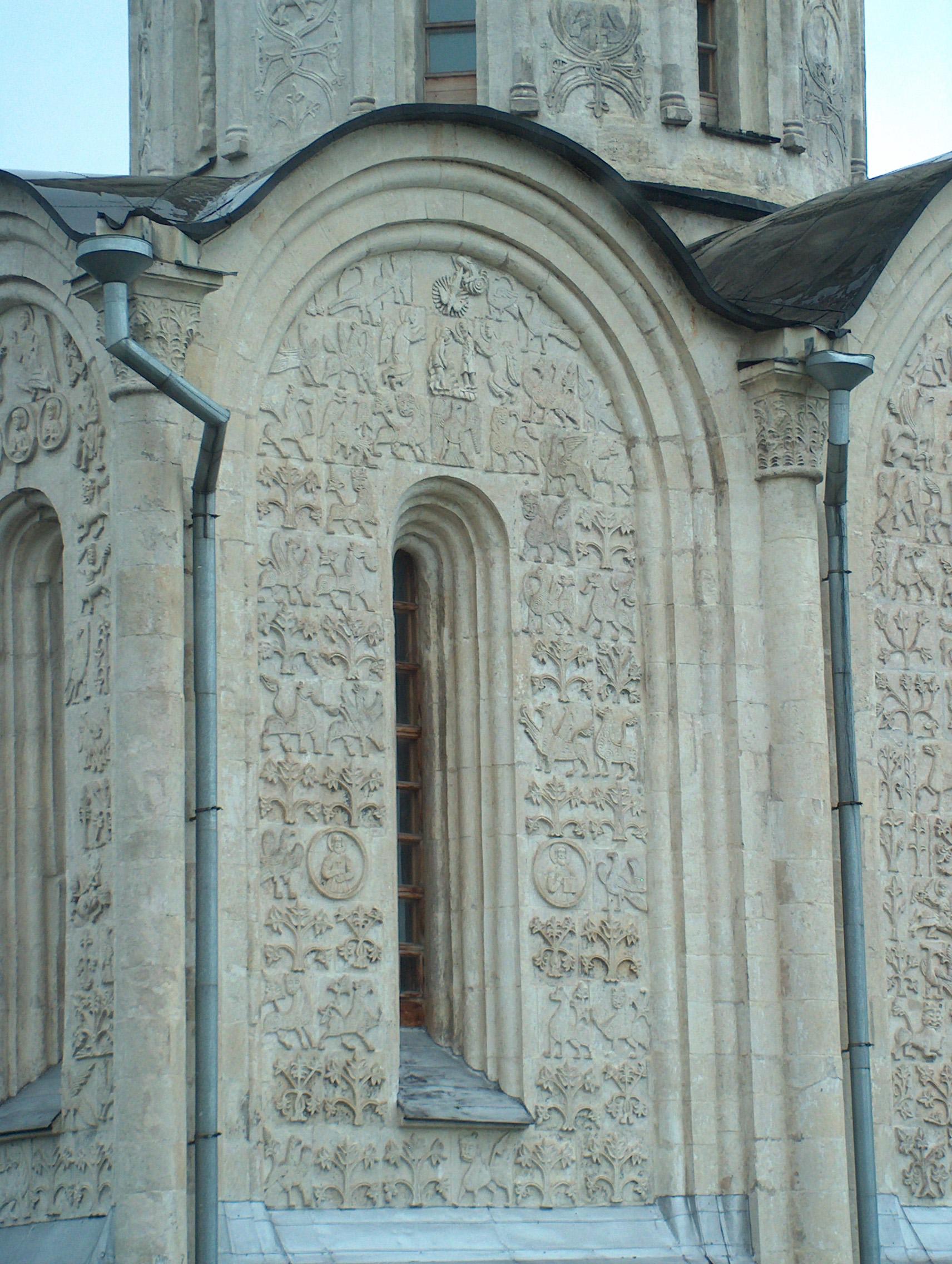 Дмитриевский собор - орнаментальная белокаменная резьба