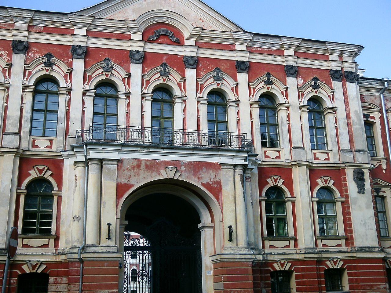 Митавский дворец, вход с северной стороны