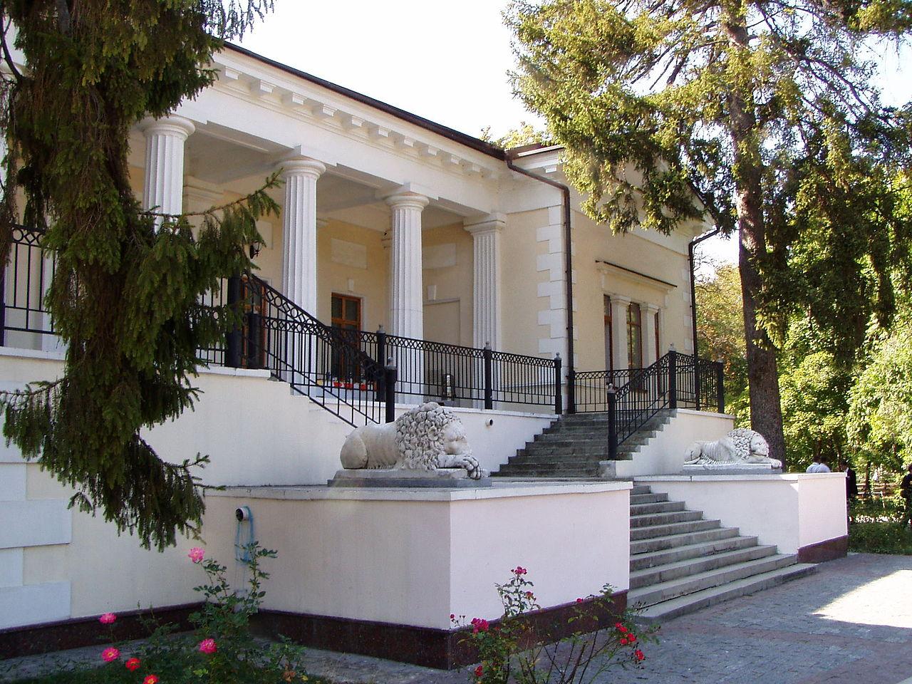 Воронцовский дом в парке Салгирка, лестница со львами