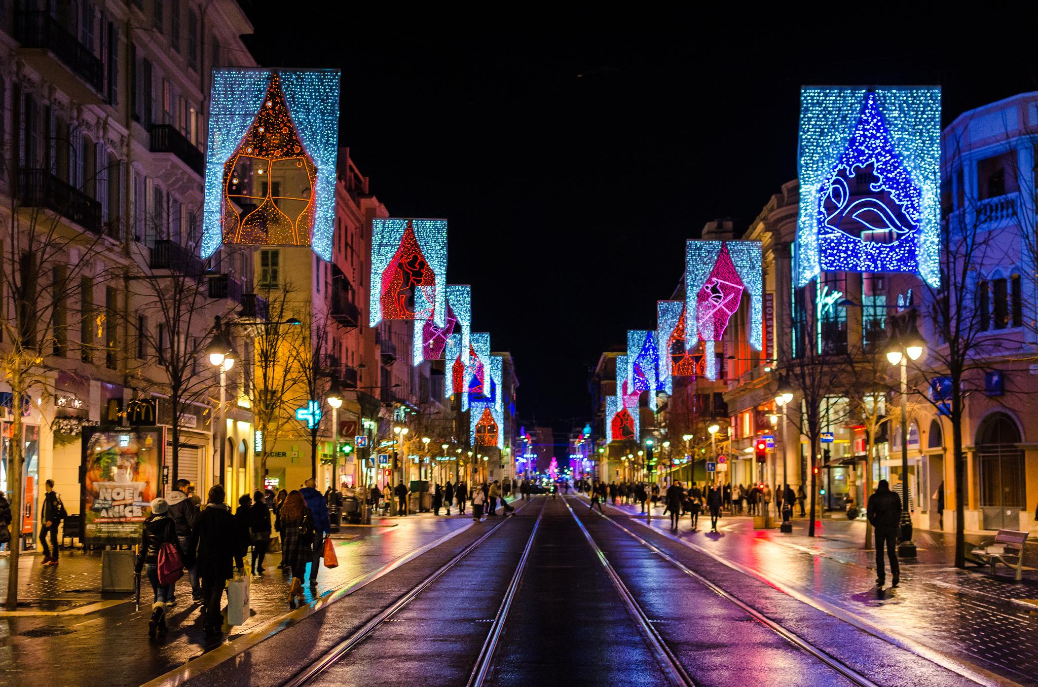 Улицы Парижа во время Рождества