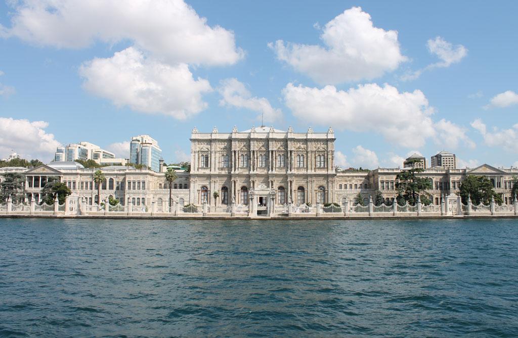 Дворец Долмабахче, вид с пролива