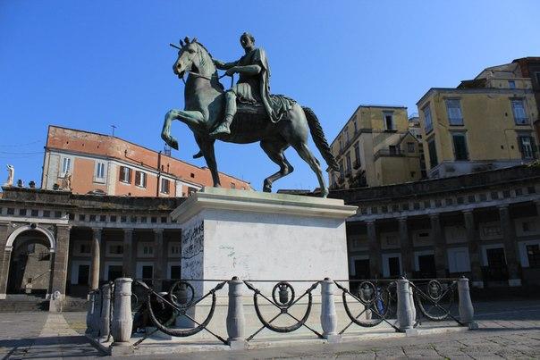 Памятник на пьяца Паблишита, Неаполь.jpg