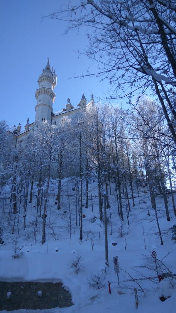 У подножья горы, на которой расположен замок Нойшванштайн, Германия