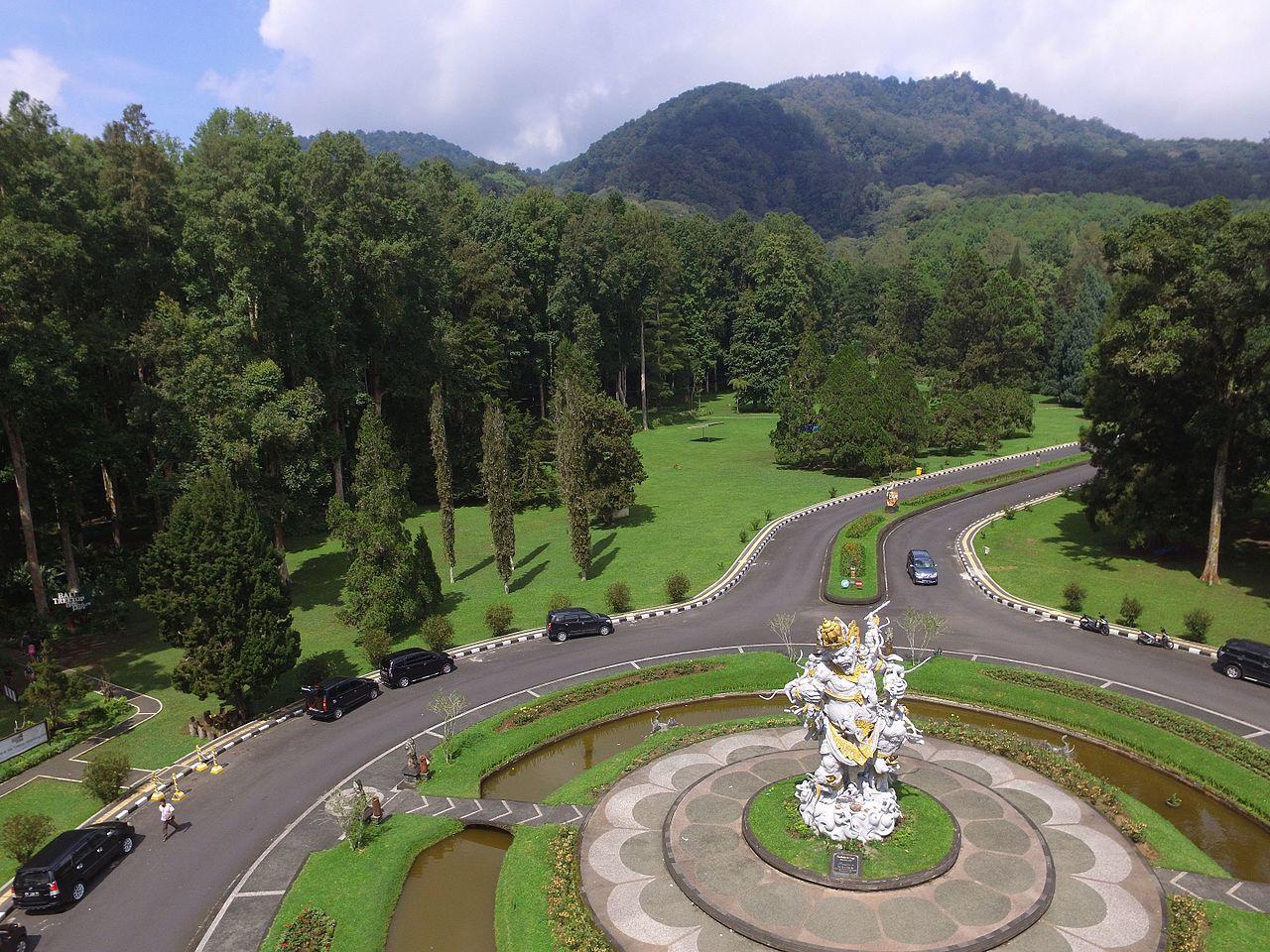 Вид на Ботанический сад Бали в горном районе Бедугул, Индонезия