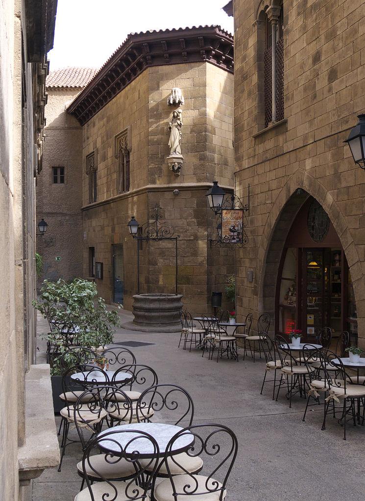 Испанская деревня, дом в готическом стиле