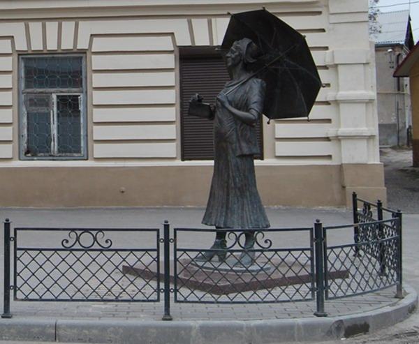 Памятник Фаине Раневской в Таганроге.JPG