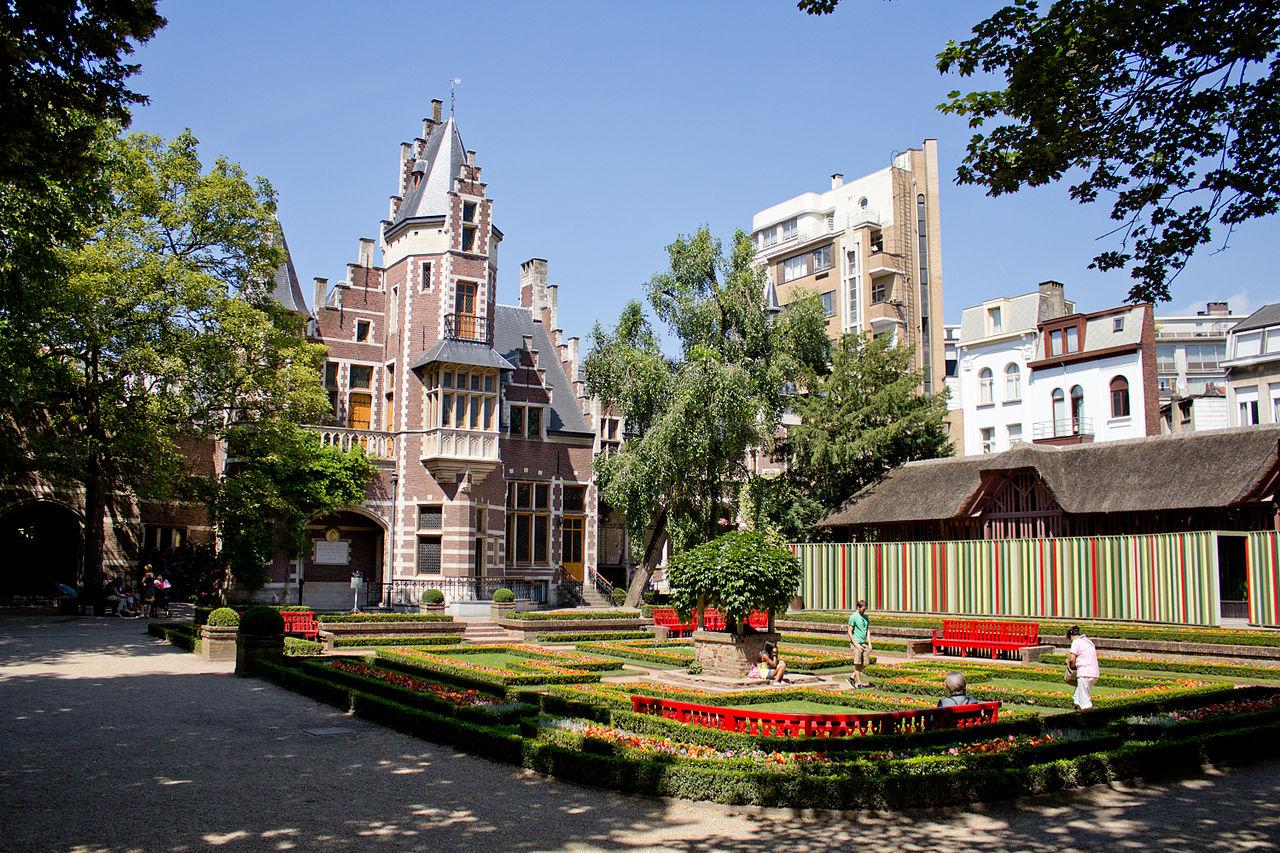 На территории Антверпенского зоопарка