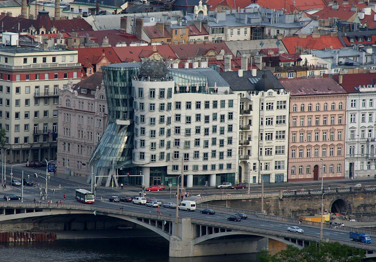 Танцующий дом в Праге, набережная