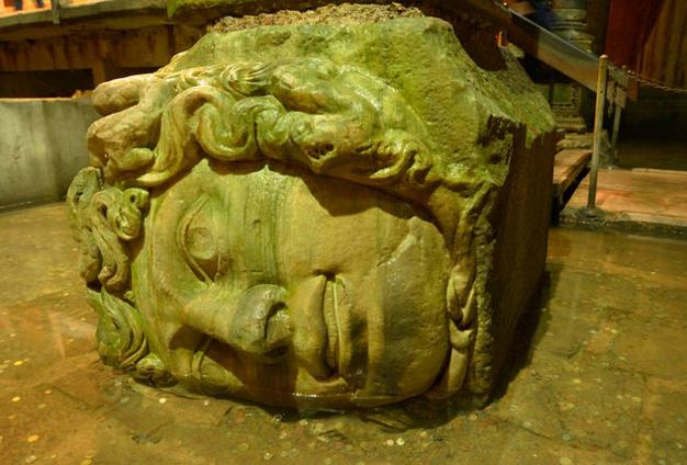 Цистерна Базилика, голова Медузы Горгоны