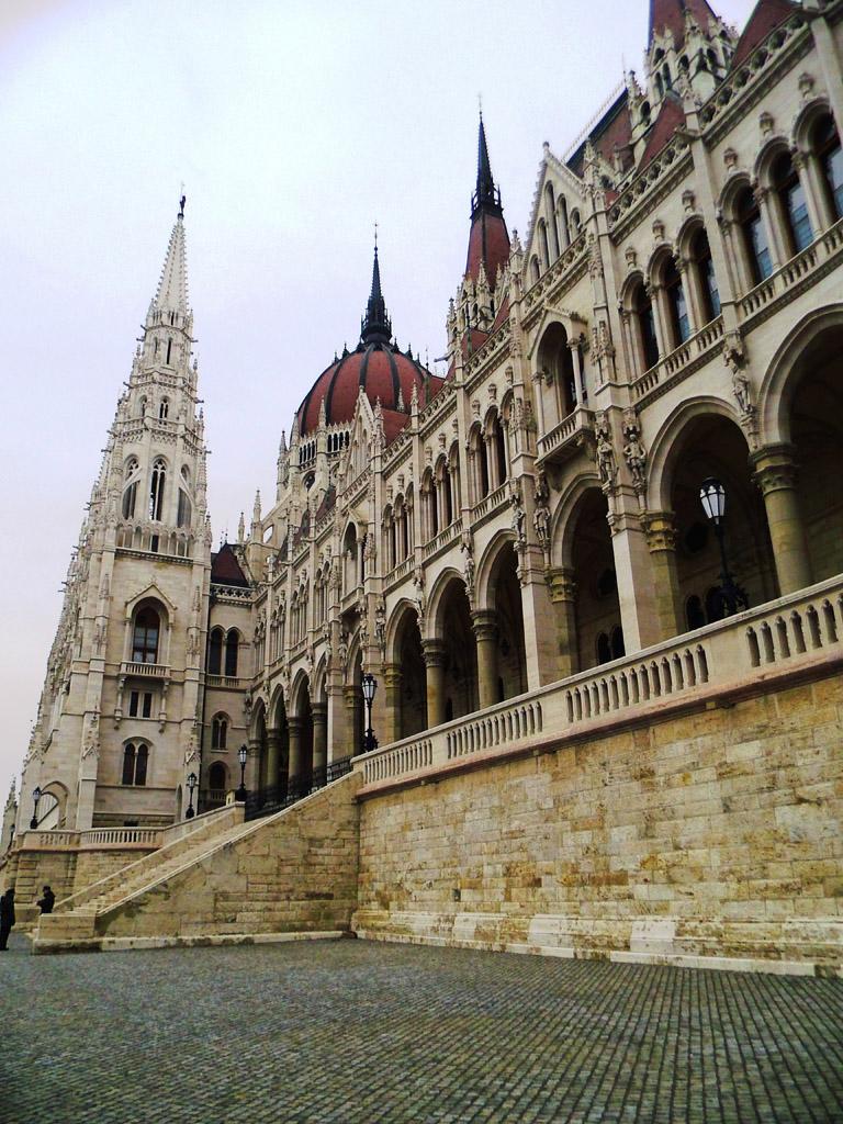 Вход в здание венгерского парламента, Будапешт