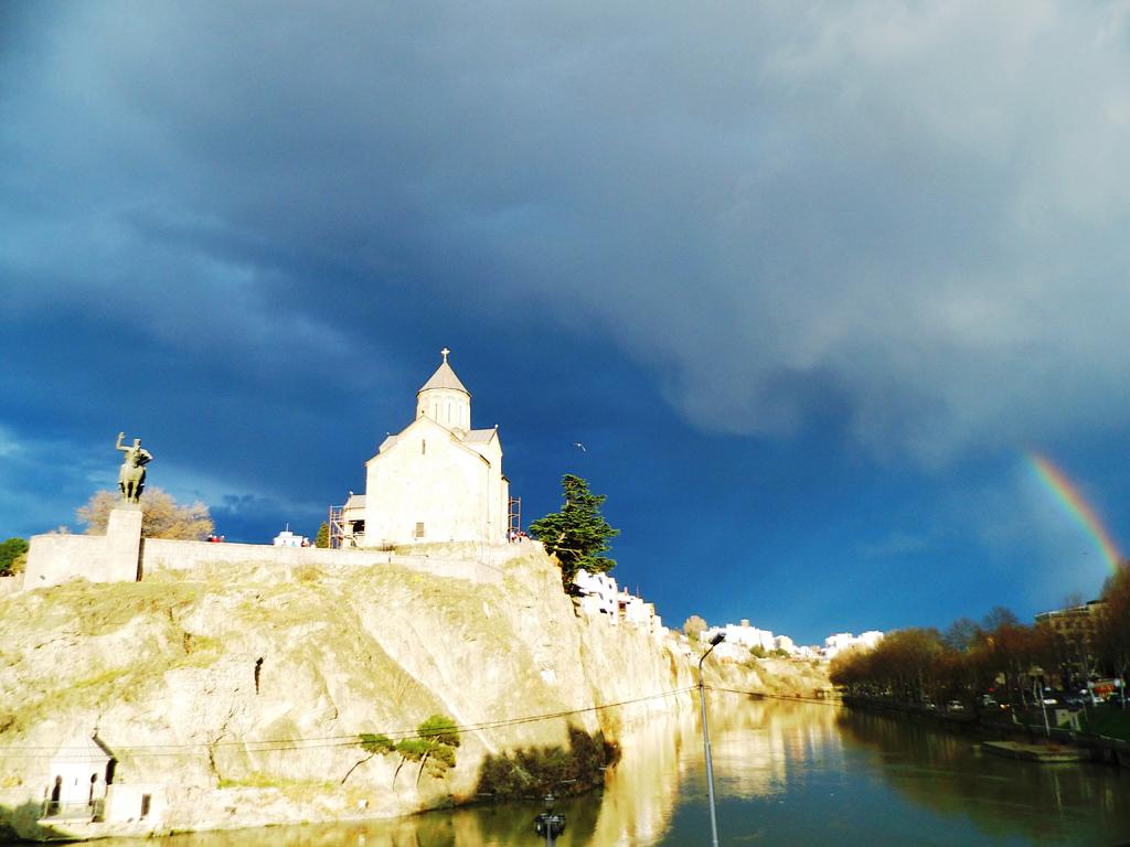 Дождливый день в Тбилиси, церковь Метехи и радуга