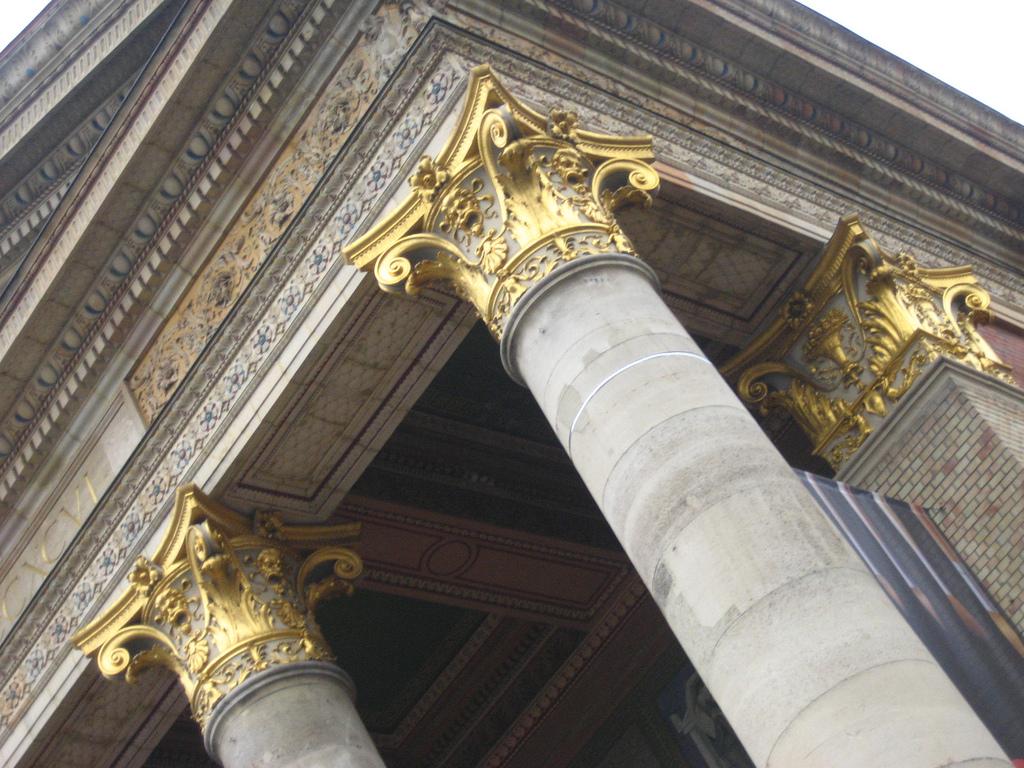 Музей изобразительных искусств в Будапеште, колонны