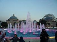 Вечером фонтан подсвечивается