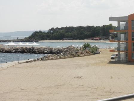 Искусственный пляж перед отелем