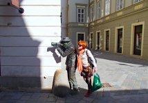 Памятник папарацци, нацелившего свой фотоаппарат на вход в ресторан