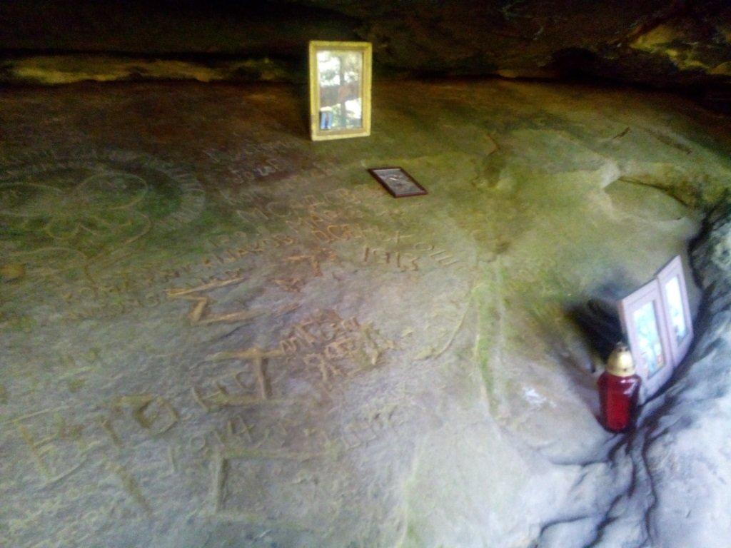 своеобразный алтарь под камнем