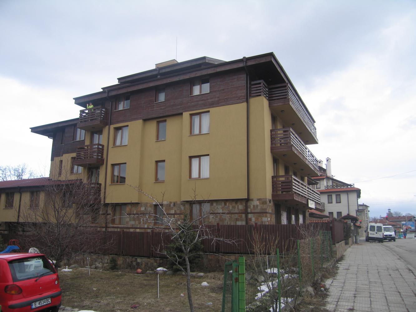 Вид на корпус В, наш номер в двумя балконами на верхнем этаже