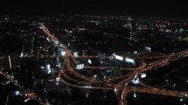 На подлёте к аэропорту. Среди этих зданий должен быть и отель Bangkok Palace