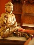 Котики поклоняются будде в холле отеля