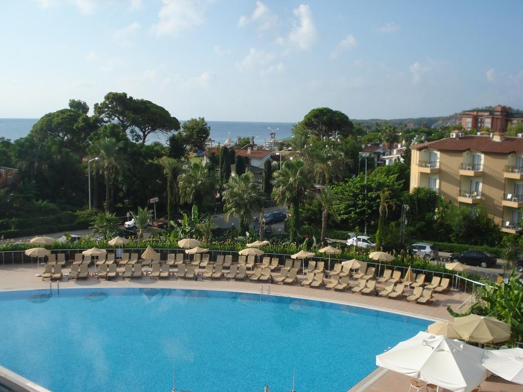 Двор отеля с бассейном