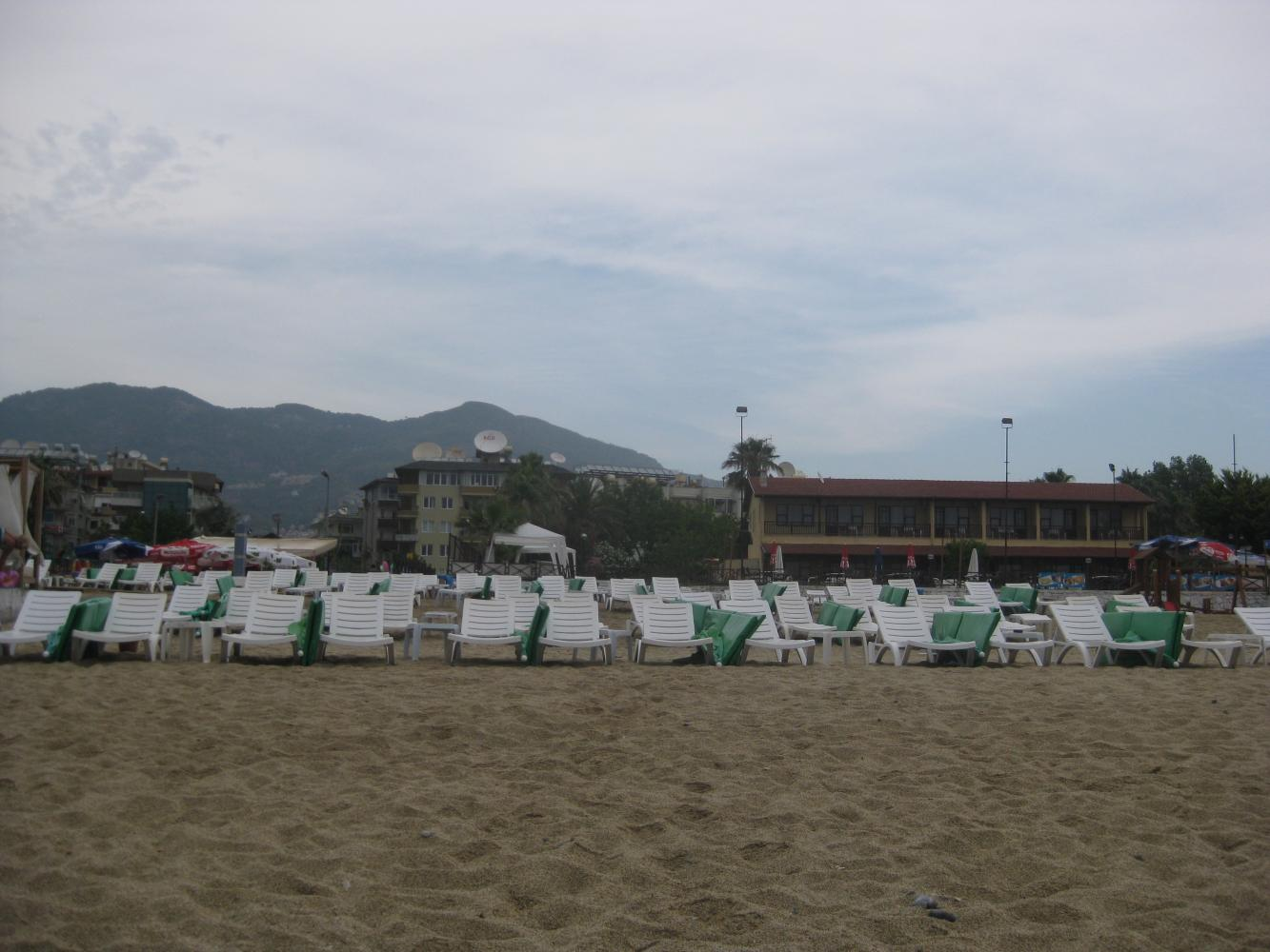 У отеля есть своя территория на пляже