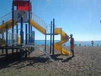 детская горка на пляже