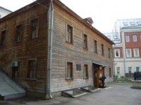 Небольшое здание, часть которого - музей