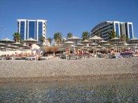 Вид отеля с побережья.