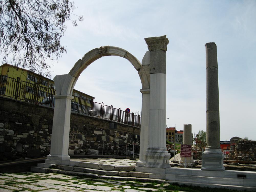 Портик с колоннами