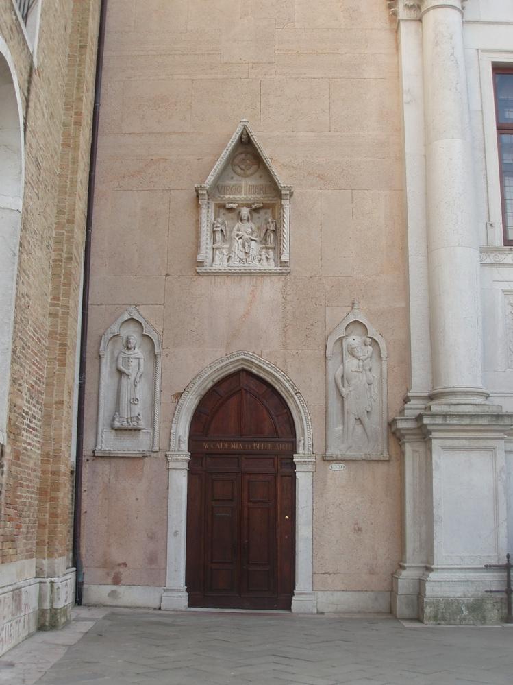 Ворота с левой стороны центрального входа