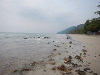 Пляж с острыми камнями возле отеля