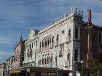 Золотой дом стоит фасадом на канад Гранде