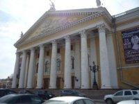 У входа в оперный театр.