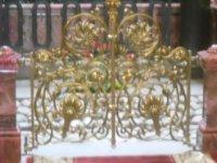 Ажурная позолоченная решетка балюстрады сени.