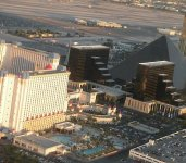 Также вид с вертолета на отели Ла-Вегаса
