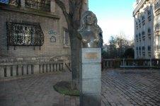 Памятник знаменитой певице - Далида.