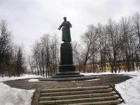 Памятник М.Фрунзе в сквере у здания цирка