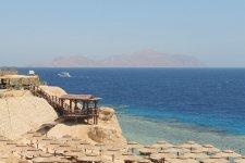 Вид на остров Тиран. Лестница к ресторану на пляже, который работает только в обед