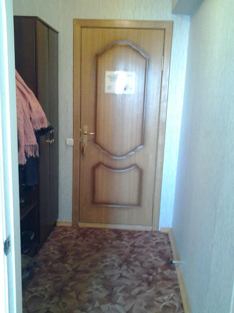 Дверь номера (достаточно крепкая фанерка)
